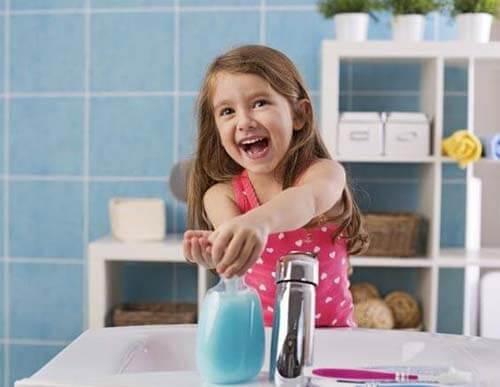 Bimba si lava le mani