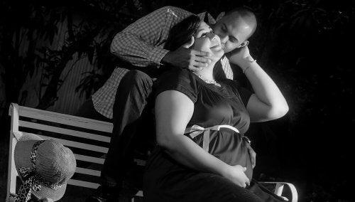 Padre bacia madre incinta