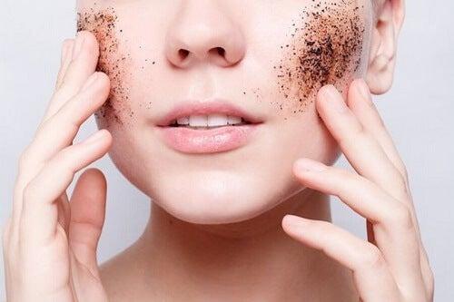 Ragazza con esfoliante per avere la pelle liscia