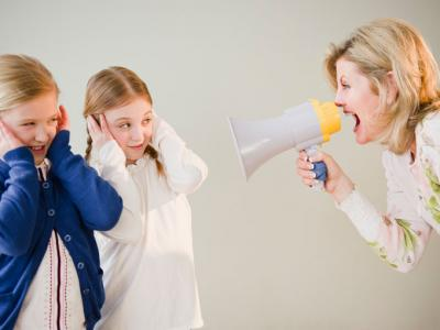 Genitore grida quando parla