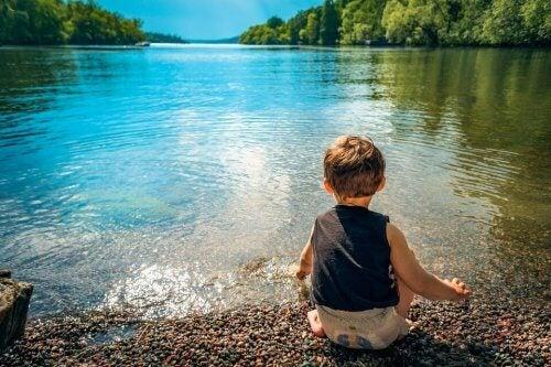 Bambino gioca con l'acqua
