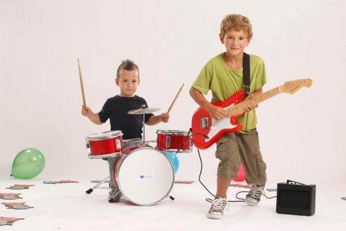 Due bambini suonano batteria e chitarra