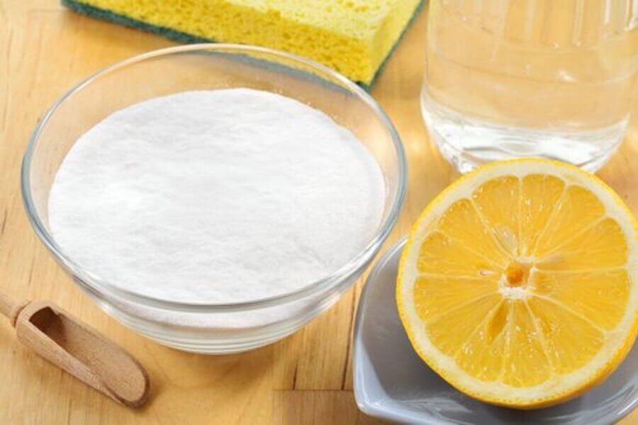 Ingredienti per eliminare le macchie dai vestiti bianchi