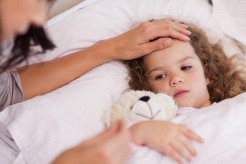 Mamma accarezza figlia con mononucleosi