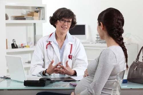 Medico spiega il piano del parto alla madre