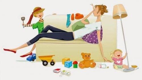 Madre esausta stremata sul divano