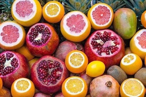 Per rafforzare il sistema immunitario potete mangiare melograni e arance