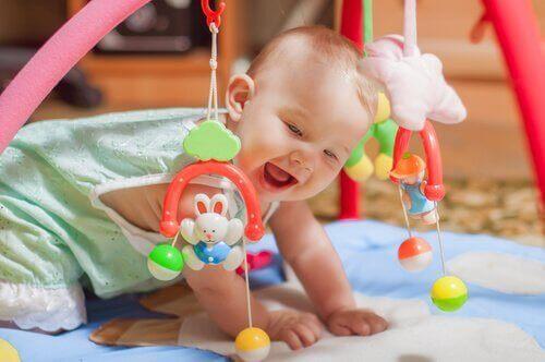Neonato che gioca e si diverte