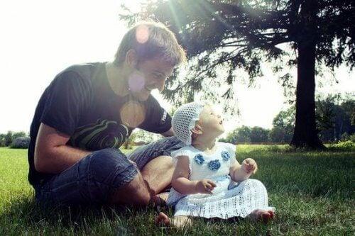 Le sensazioni di un abbraccio del padre a un figlio