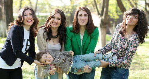 Quattro donne tengono bambino