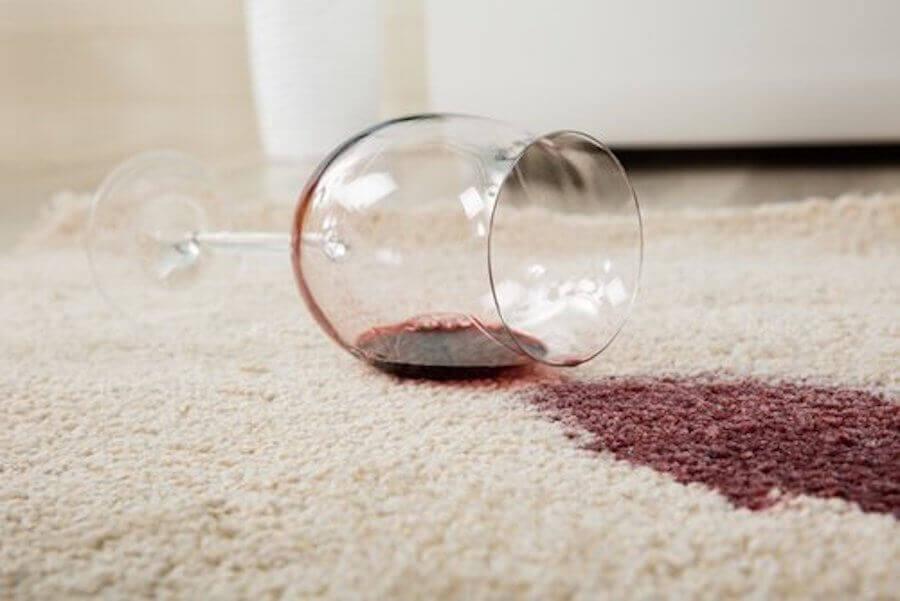 Bicchiere di vino rosso su tappeto