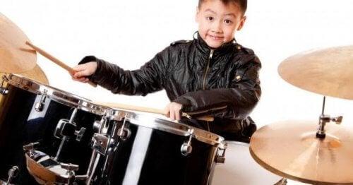 Bambino che sa suonare la batteria