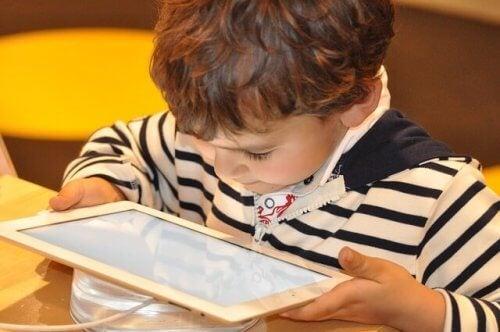 bambini dipendenti da tecnologia