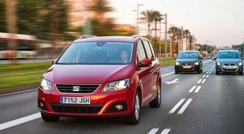 Un minivan per famiglie numerose rosso