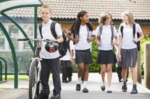 Vantaggi e svantaggi dell'uniforme scolastica