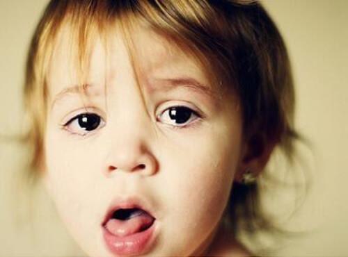 bambina con bocca aperta