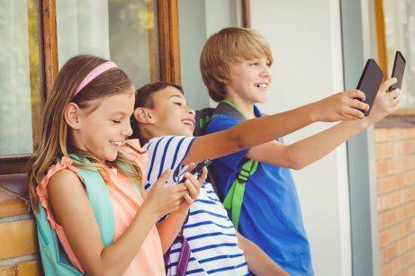 Gruppo di bambini con cellulare