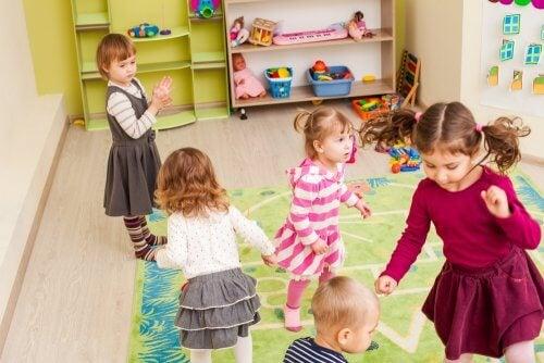bambini con abilità sociali che giocano insieme