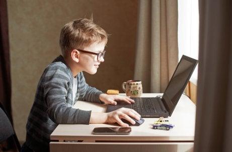 bambini imprenditori con computer