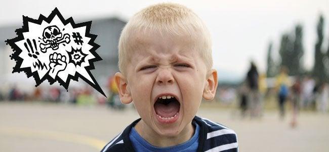 Bambino furioso che dice parolacce