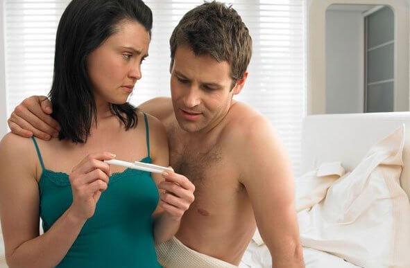Coppia che fa test di gravidanza
