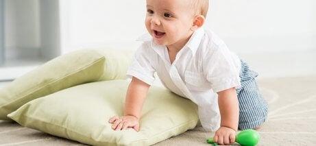la maggior parte dei bebè impara a gattonare, prima di iniziare a camminare