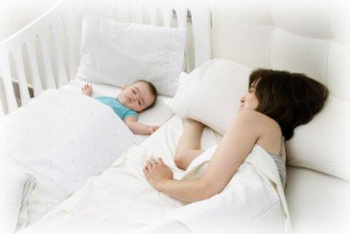 mamma e bimbo nel letto