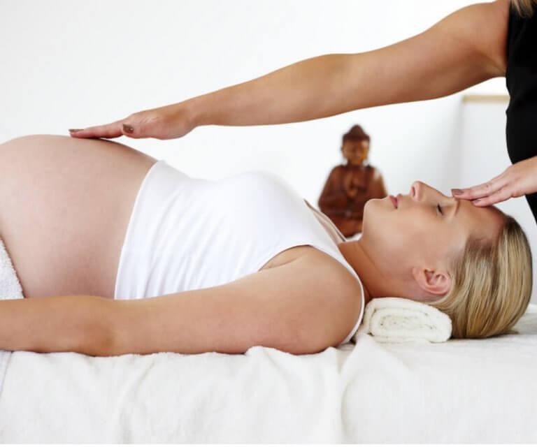 Fisioterapista fa un massaggio a una donna incinta