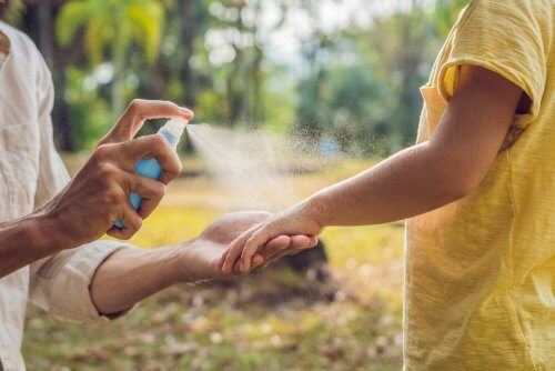 Applicare del repellente anti-insetti