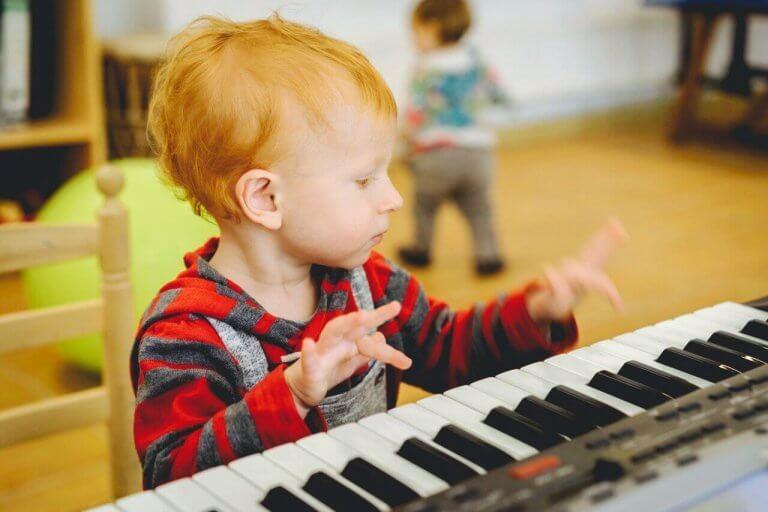 Bambino suona una tastiera