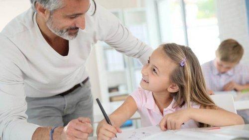 padre che fa compiti con figlia