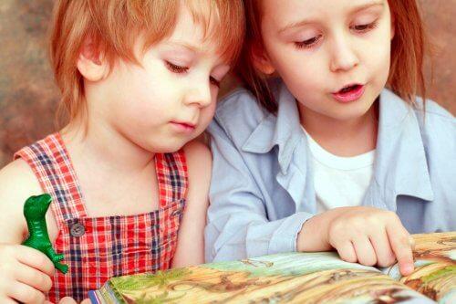 Bambini leggono un racconto