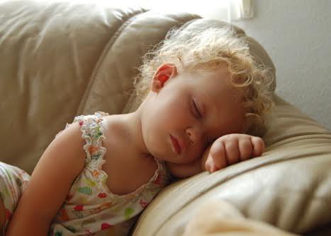 Bambina che si riposa