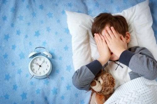 Mio figlio ha paura di dormire fuori casa. Che cosa si può fare?