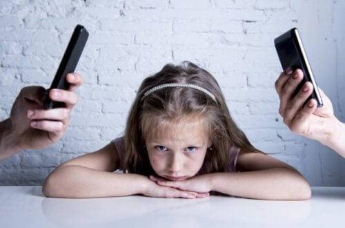 Preferire il telefono ai figli è dannoso