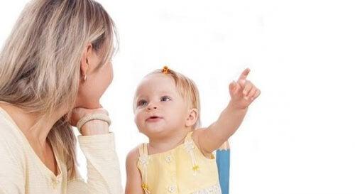 bambina parla con la mamma