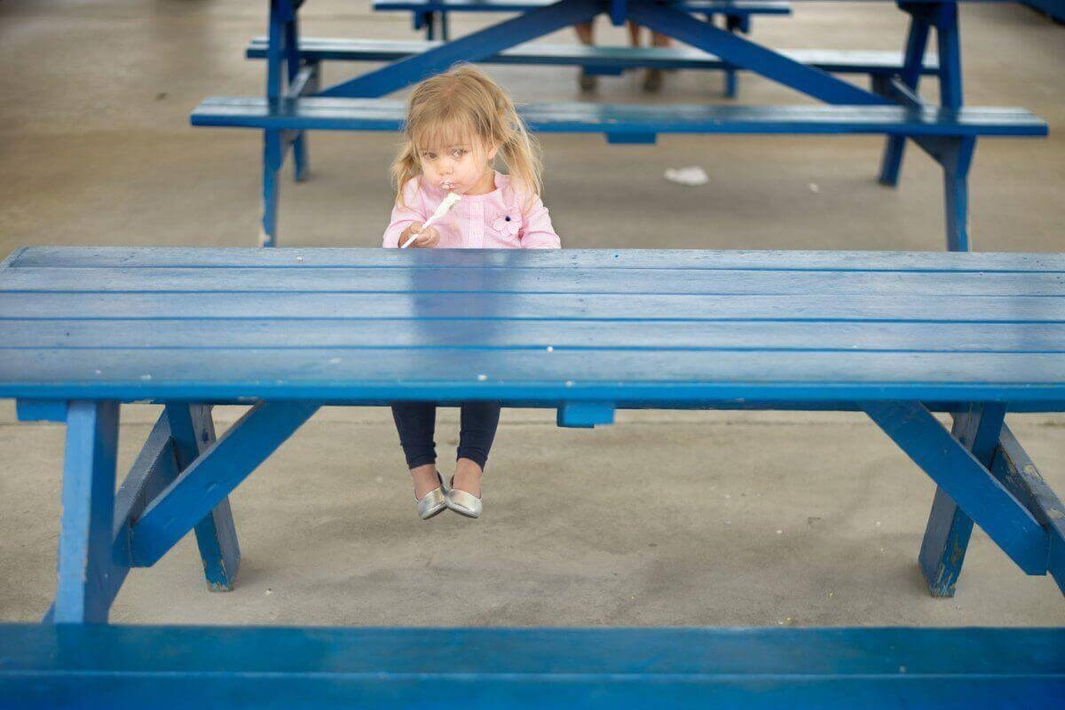 Bambina che mangia da sola
