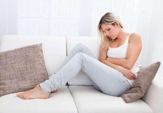 Donna con dolori causati da polipi endometriali