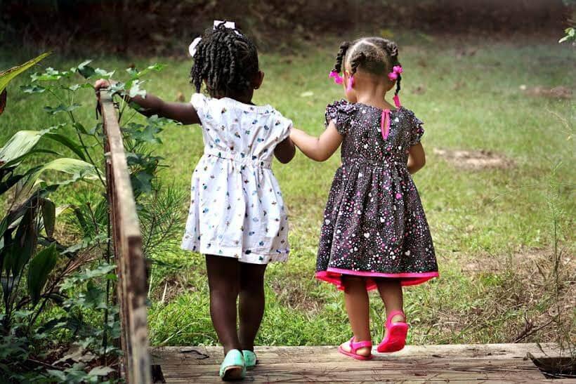Due bambine passeggiano tenendosi per mano