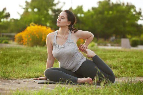 Alcune posizioni yoga favoriscono la circolazione sanguigna dell'apparato riproduttivo.