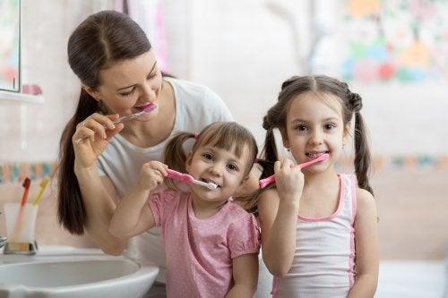 Lavarsi i denti con la mamma