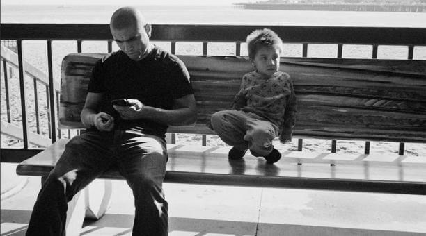 Preferire il telefono ai figli fa sì che i genitori parlino meno con loro