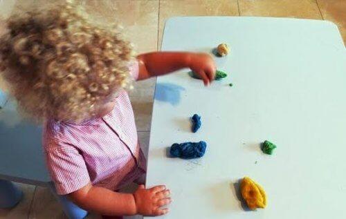 Bambino gioca con plastilina