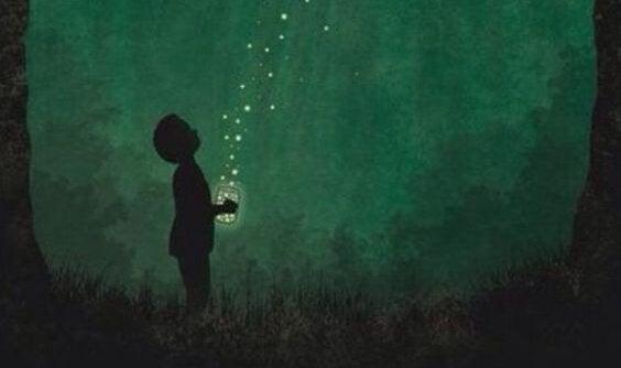 Bambino con un barattolo di lucciole