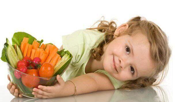 bambina tiene ciotola con alimenti che aiutano il sistema imunitario