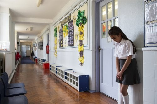 Bambina punita e lasciata fuori dalla classe