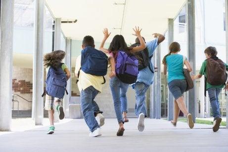 Ragazzi nel primo giorno di scuola superiore