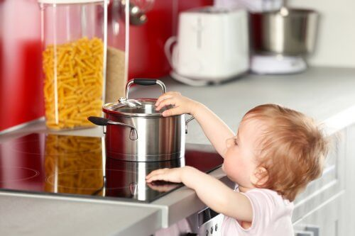 bambina vicino ai fornelli