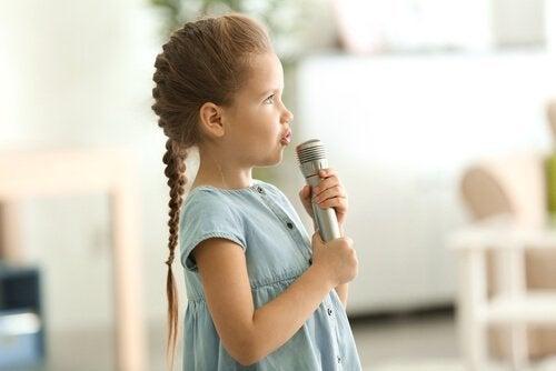 cantare sillabando le parole aiuta a sviluppare la consapevolezza fonologica