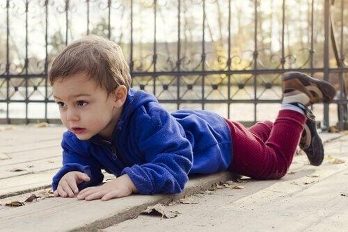 bambino inciampa e cade